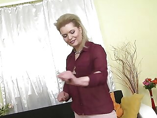 Mom and housewife Mirka feeding her hungry pussy
