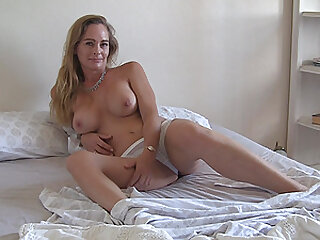 Busty mature blonde Eve masturbates as soon as she wakes up