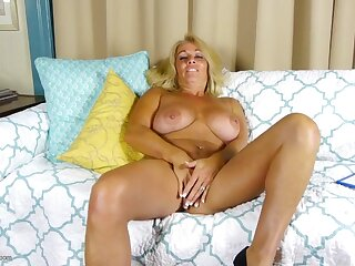 Tanned and curvy older babe has a gorgeous cunt