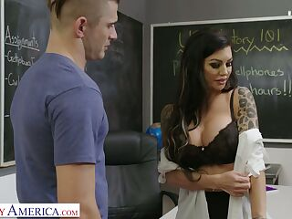 Jaw dropping tattooed teacher Melissa Lynn bangs her student right on the table